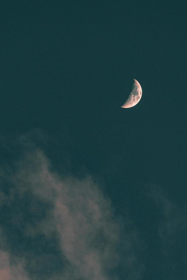 halve maan aan de hemel foto