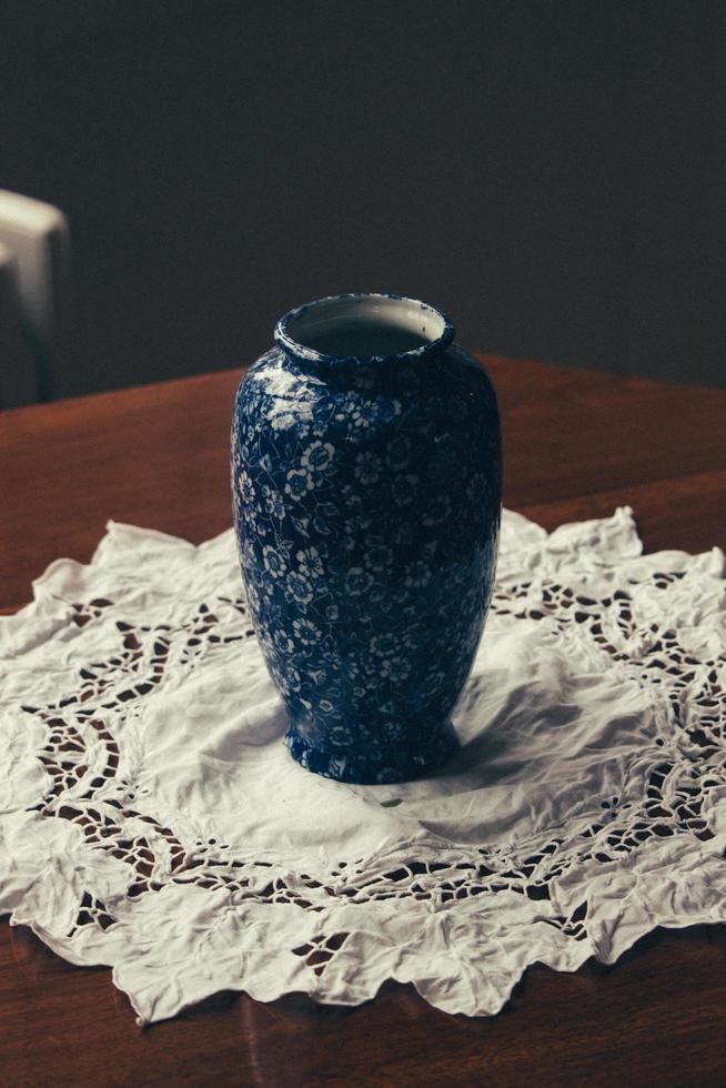 blauw en witte keramische vaas met bloemen foto