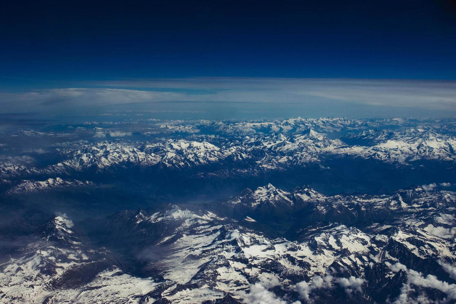 met ijs bedekte bergen vanuit het vliegtuig foto