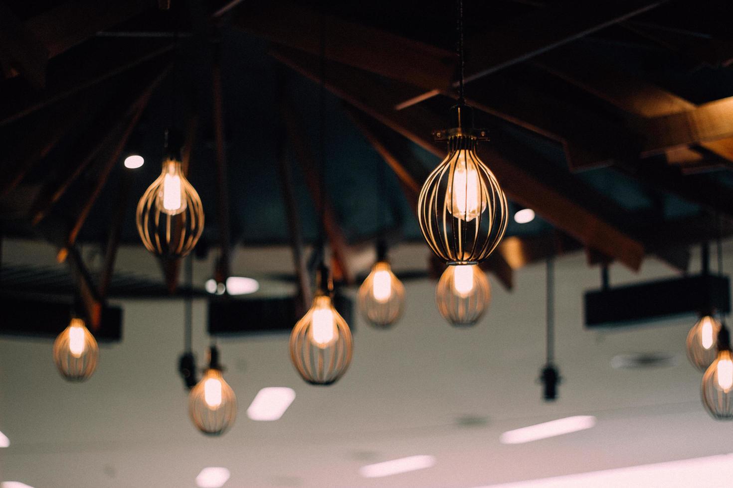 verlichte hangende lampen foto