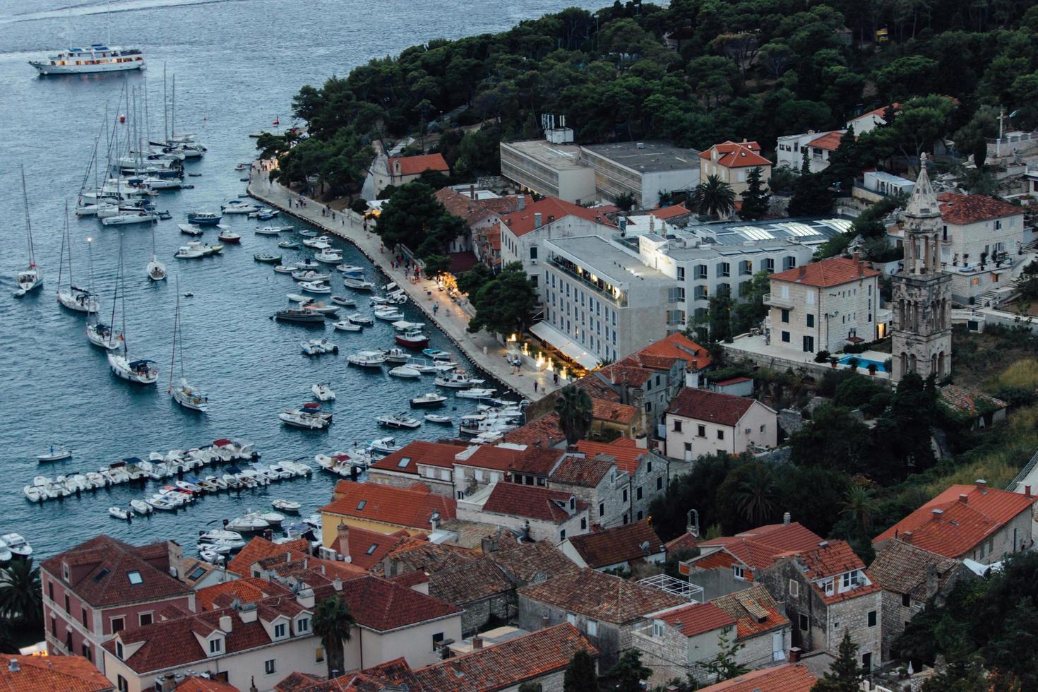 boten en jachten door de stad aan het water foto