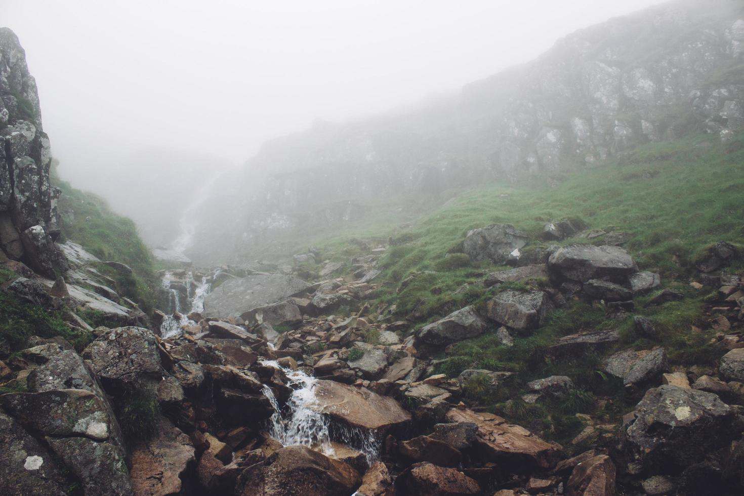mistige waterval landschap foto