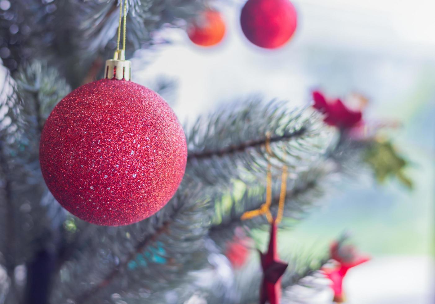 rode kerstballen op boom foto