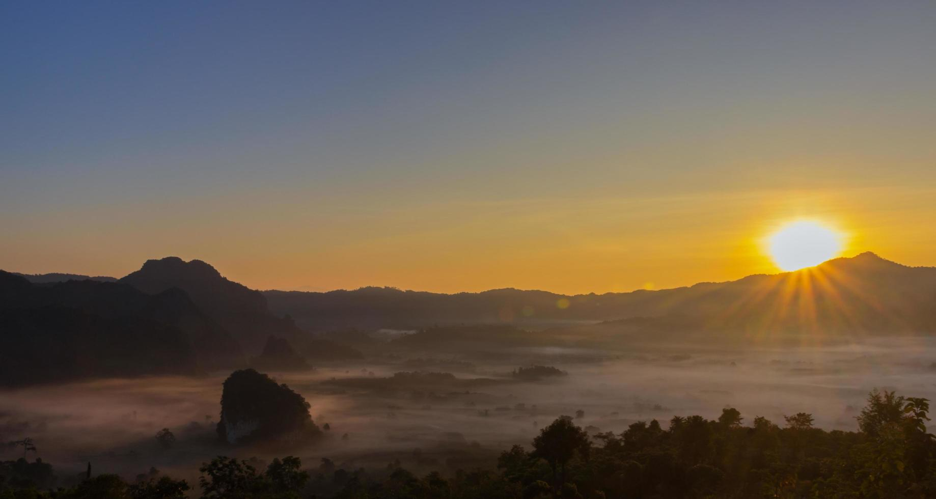 ondergaande zon op het gezichtspunt van phu lanka foto