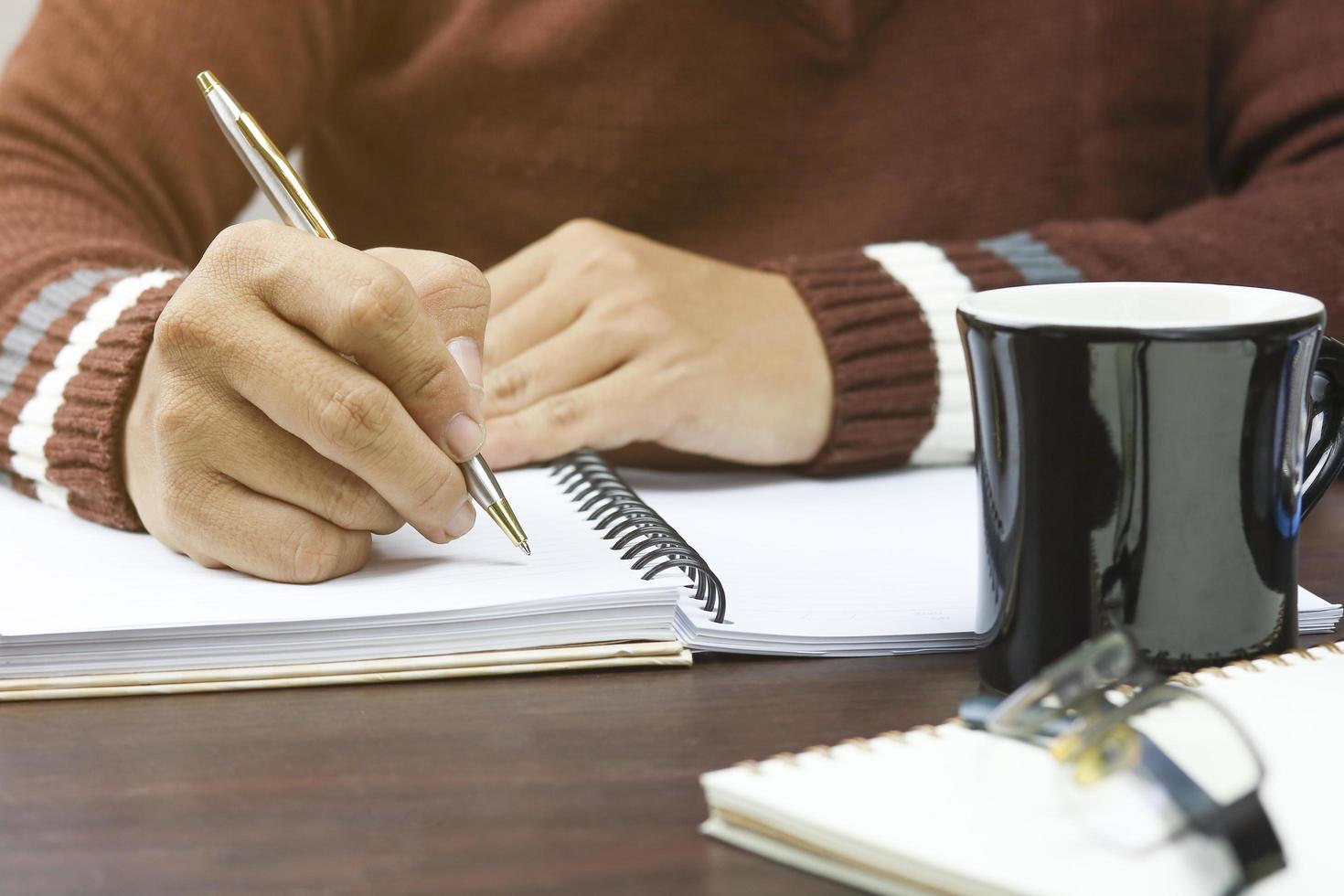 persoon die in planner schrijft foto