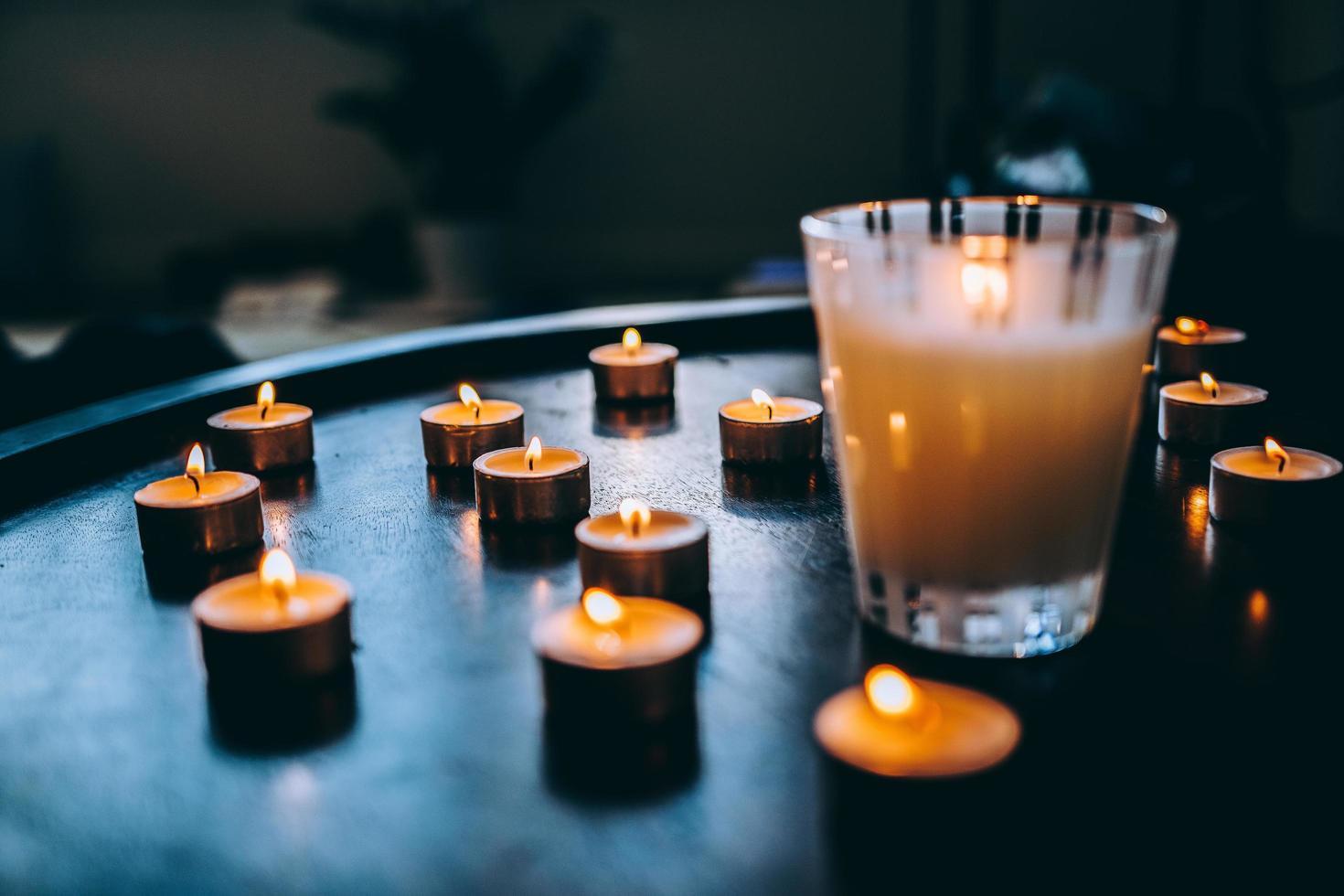 aangestoken kaarsen op tafel foto