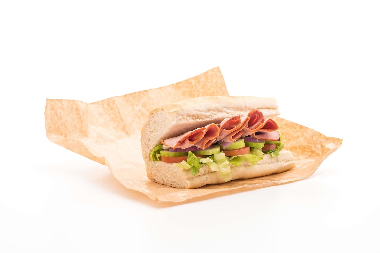 onderzeese sandwich met ham op snijplank foto