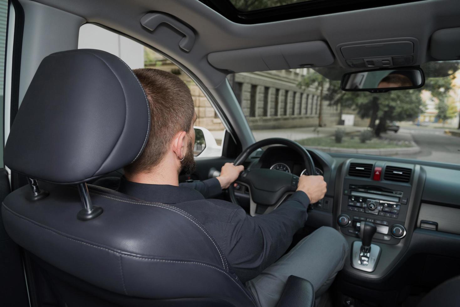man rijdende auto foto