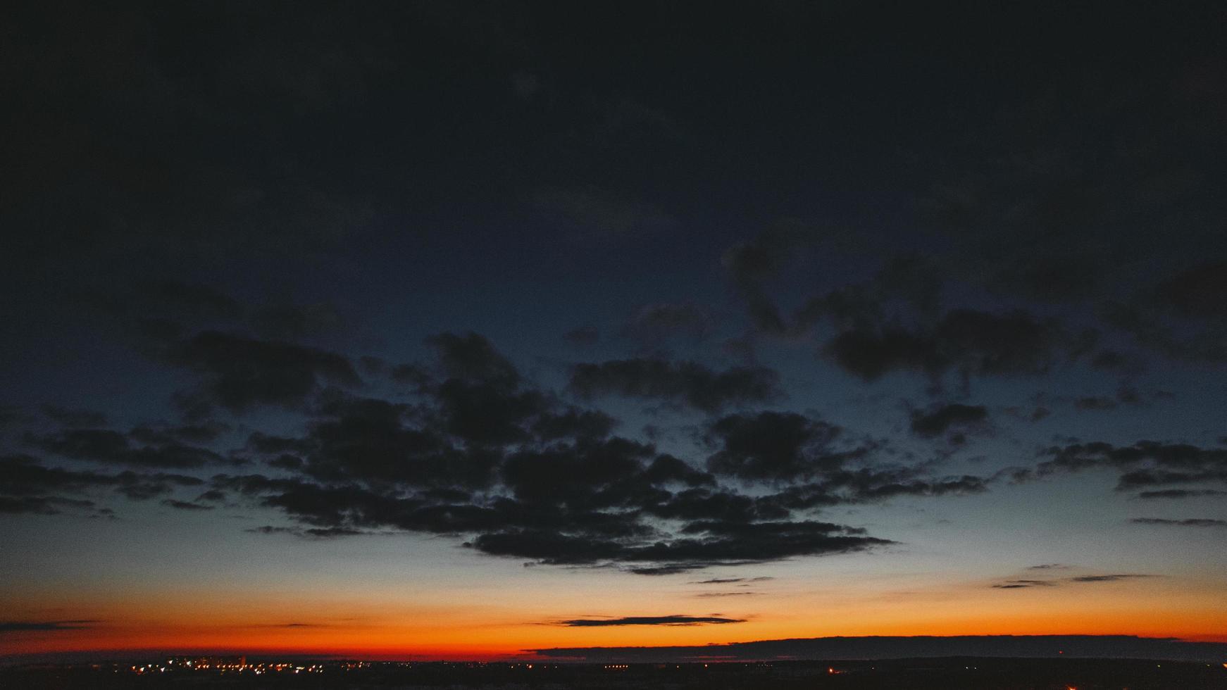 zonsondergang boven de horizon foto