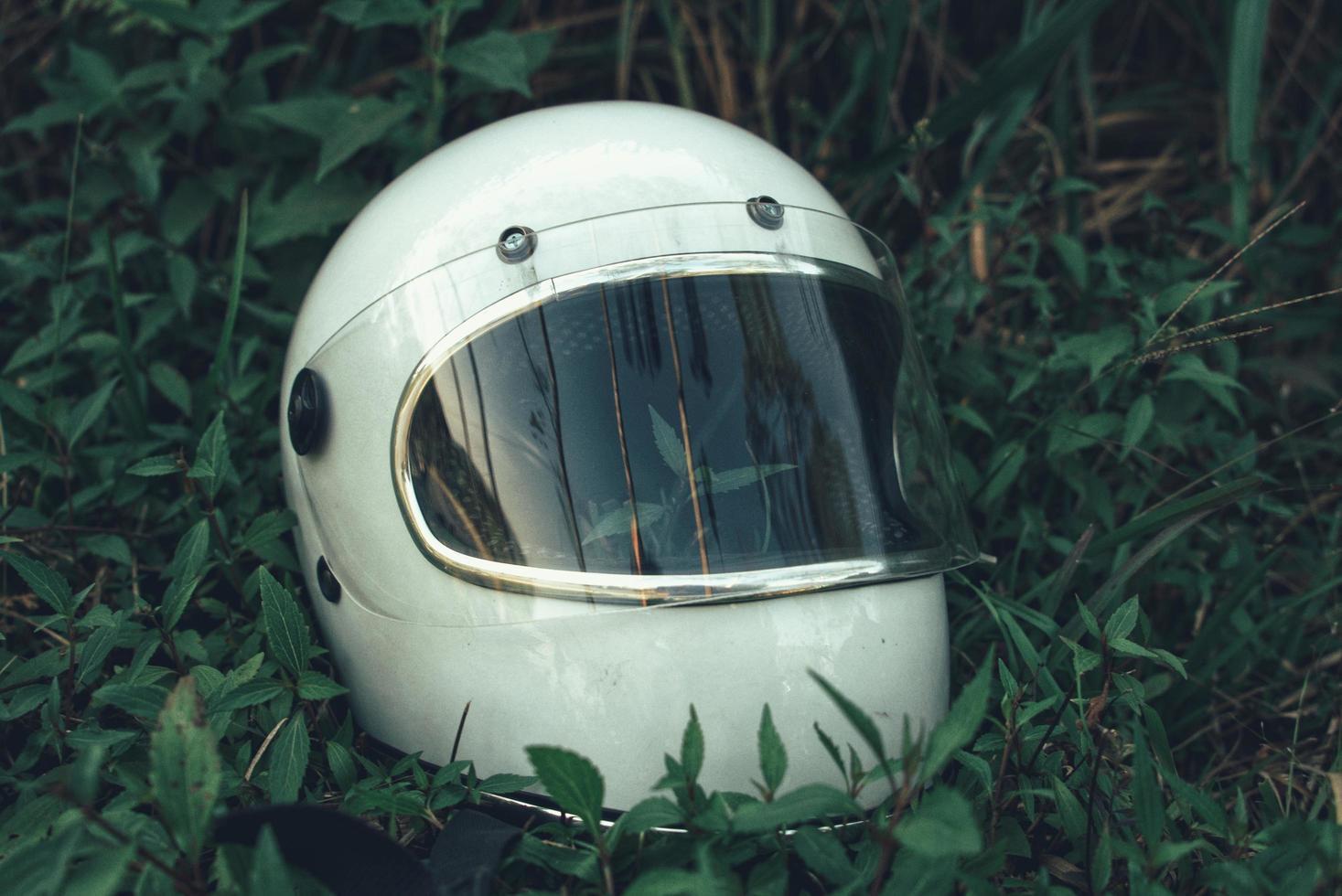 witte helm in gras foto