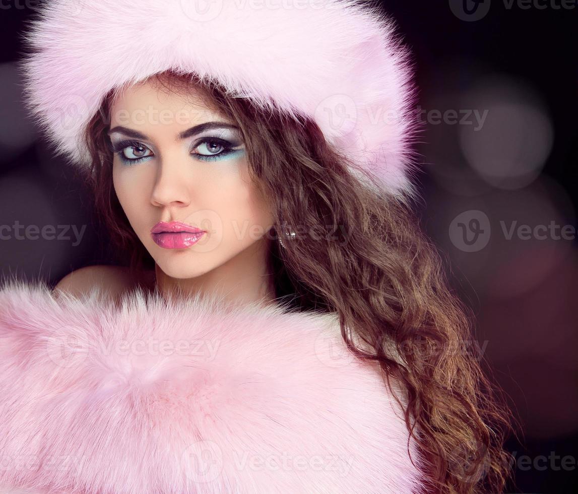 portret van vrouw in mode hoed en bontjas dragen. foto
