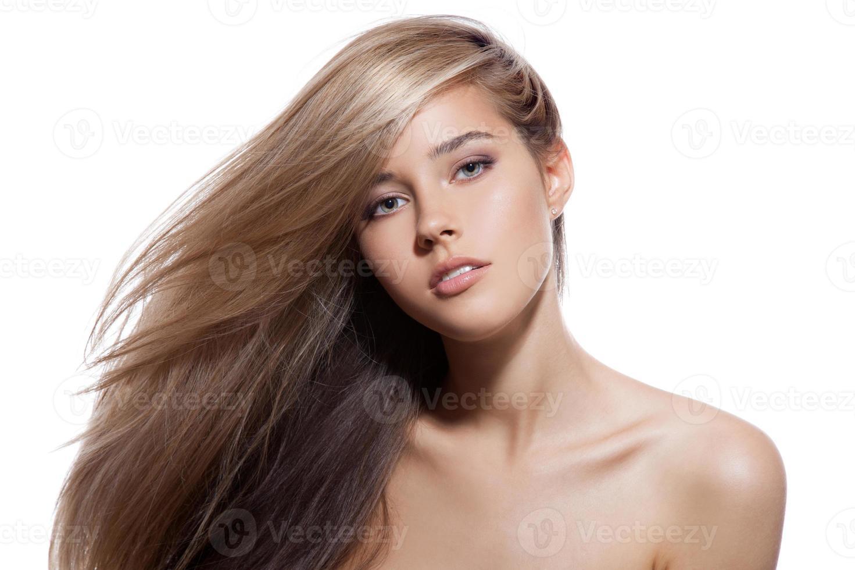 mooi blond meisje. gezond lang haar. witte achtergrond foto
