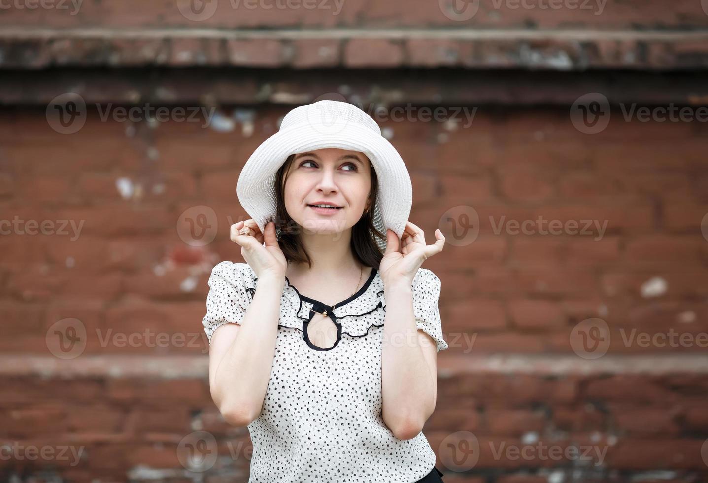 vrouw in witte hoed foto