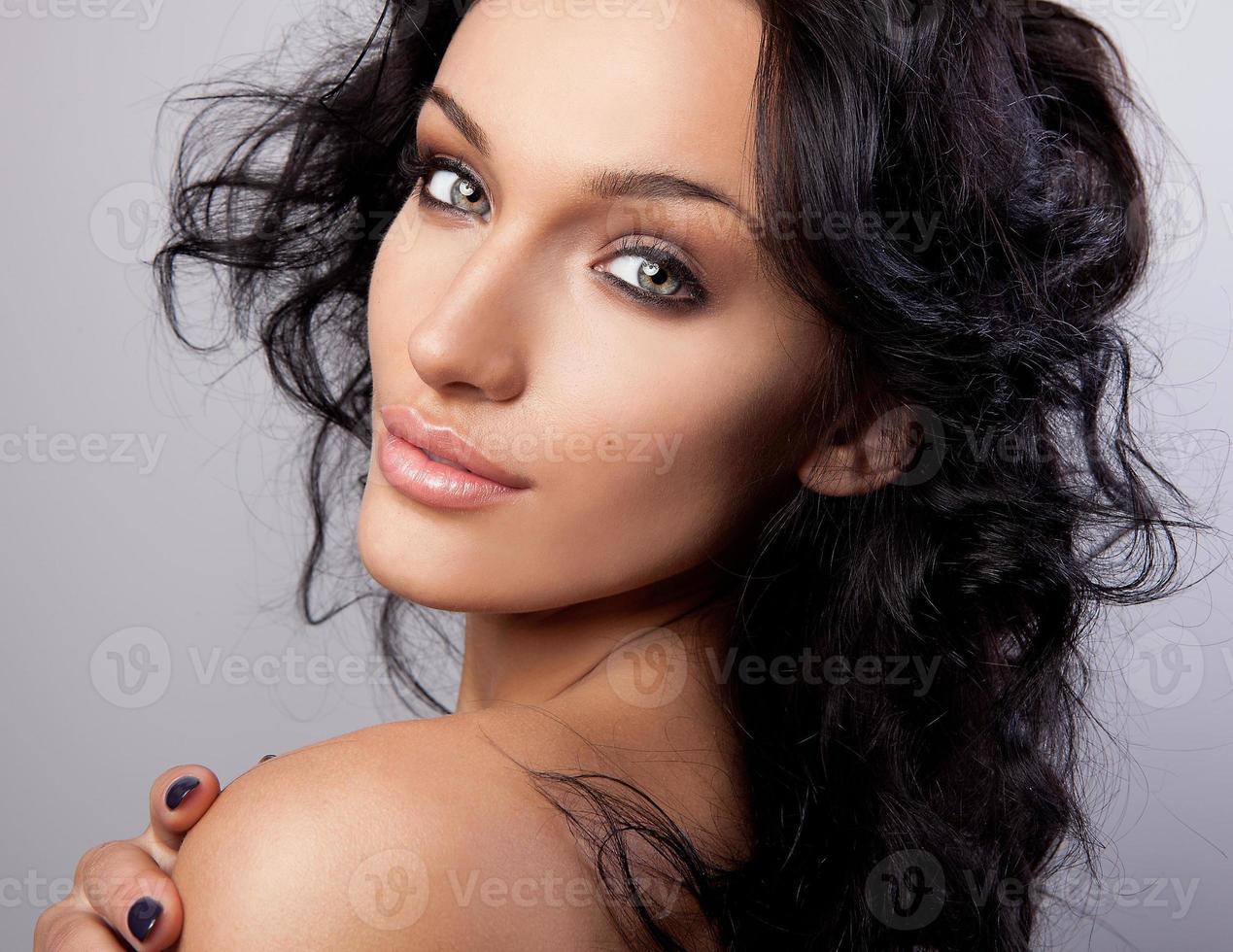 portret van een jonge schoonheid. close-up studiofoto. foto