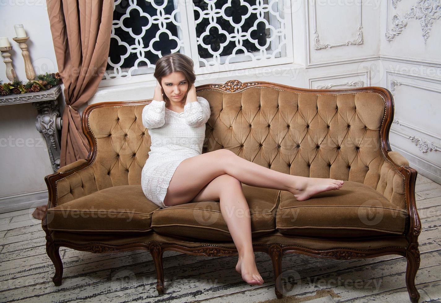 jonge mooie vrouw in witte jurk foto