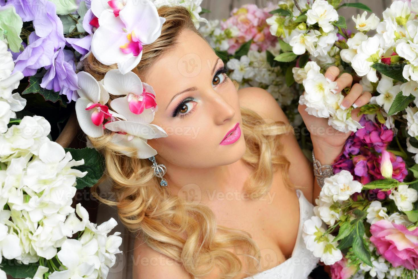 mooie chique vrouw rond de bloemen. foto