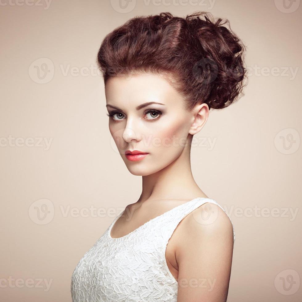 portret van mooie sensuele vrouw met elegant kapsel. per foto