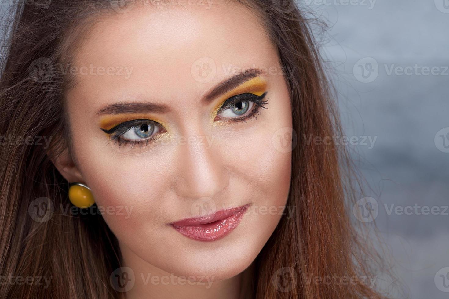 mode portret van mooie jonge vrouw foto