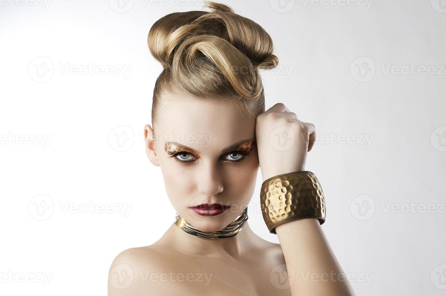 mode meisje met luipaardmake-up foto