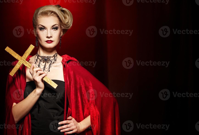 aantrekkelijke blonde dame met een gouden kruis foto