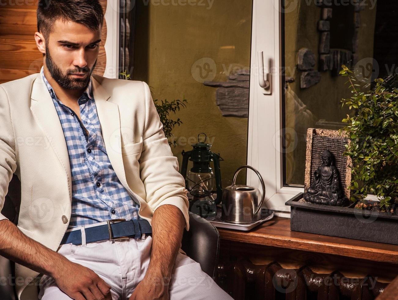 jonge aantrekkelijke bebaarde mannen poseren in moderne kamer. close-up foto. foto