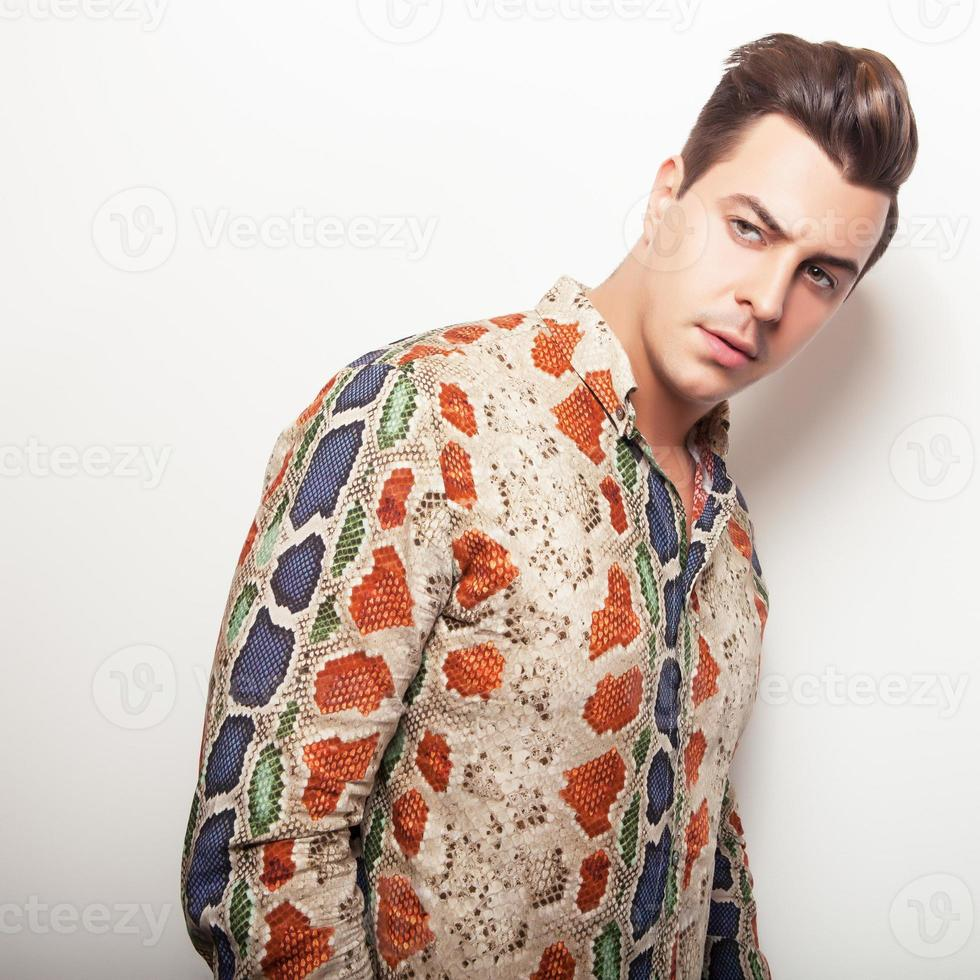 elegante jonge knappe man in helder kleurrijk shirt. foto