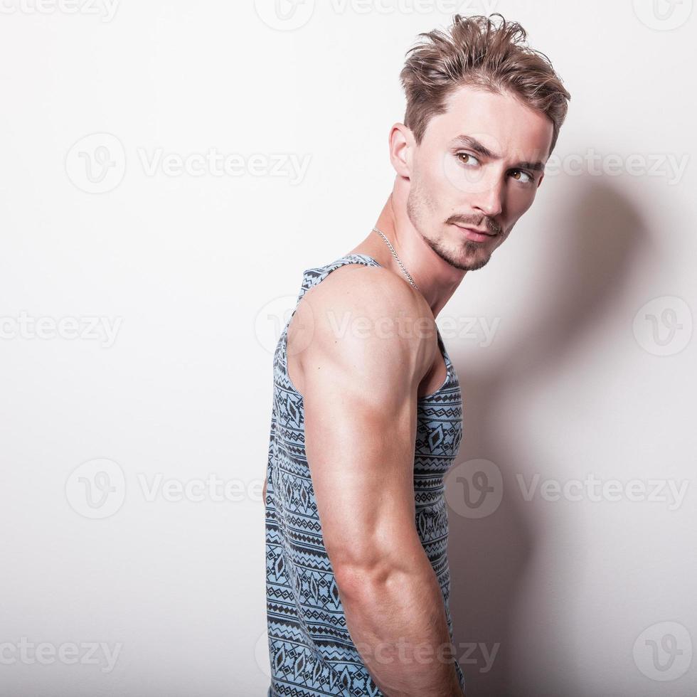 jonge knappe man in turquoise t-shirt. foto