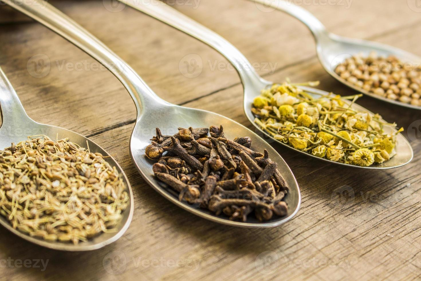 kruidnagel, kamille en andere kruidenthee-ingrediënten foto