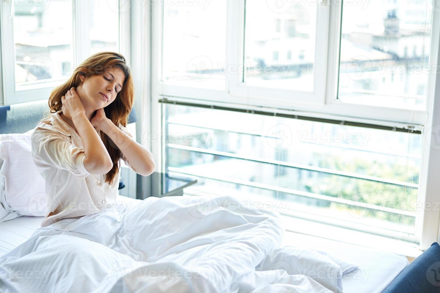 nekpijn in bed foto