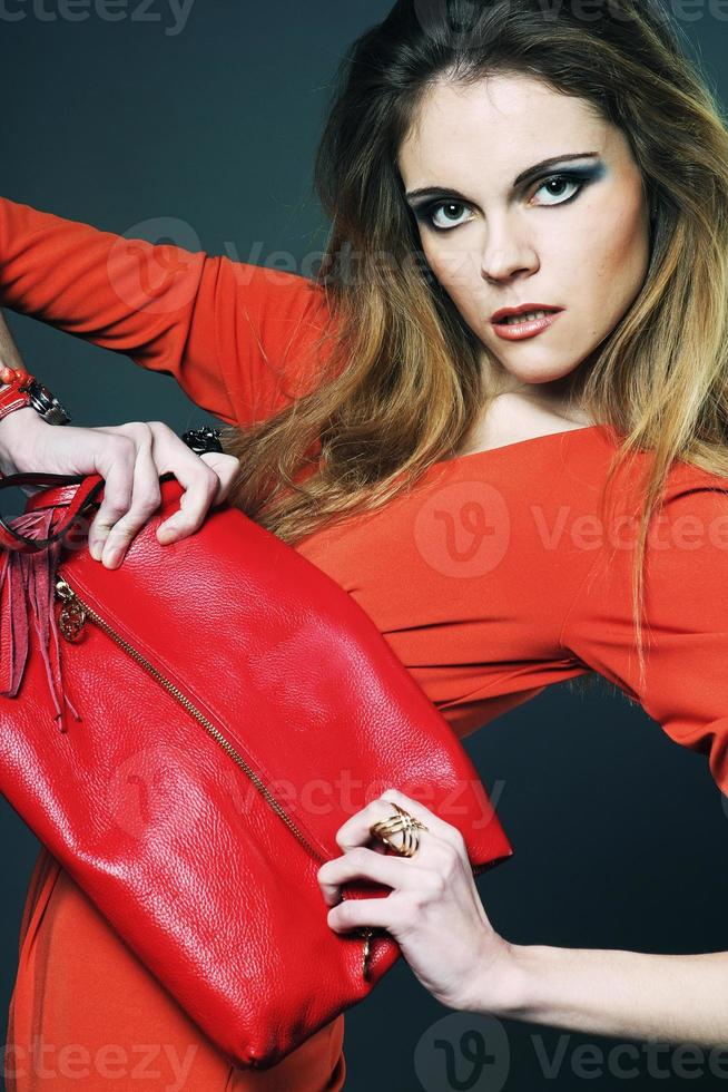 jonge vrouw met tas foto