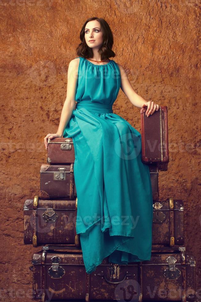 mode vrouw met koffers foto