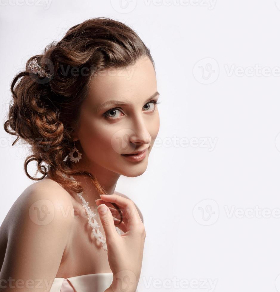 mooie vrouw met juwelen op haar hoofd. foto