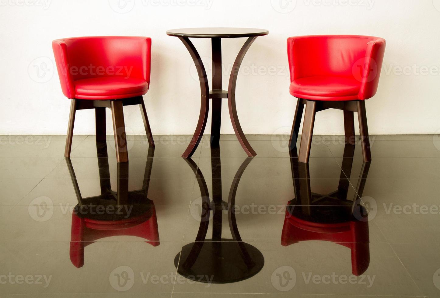 moderne rode stoel en betonnen muur foto