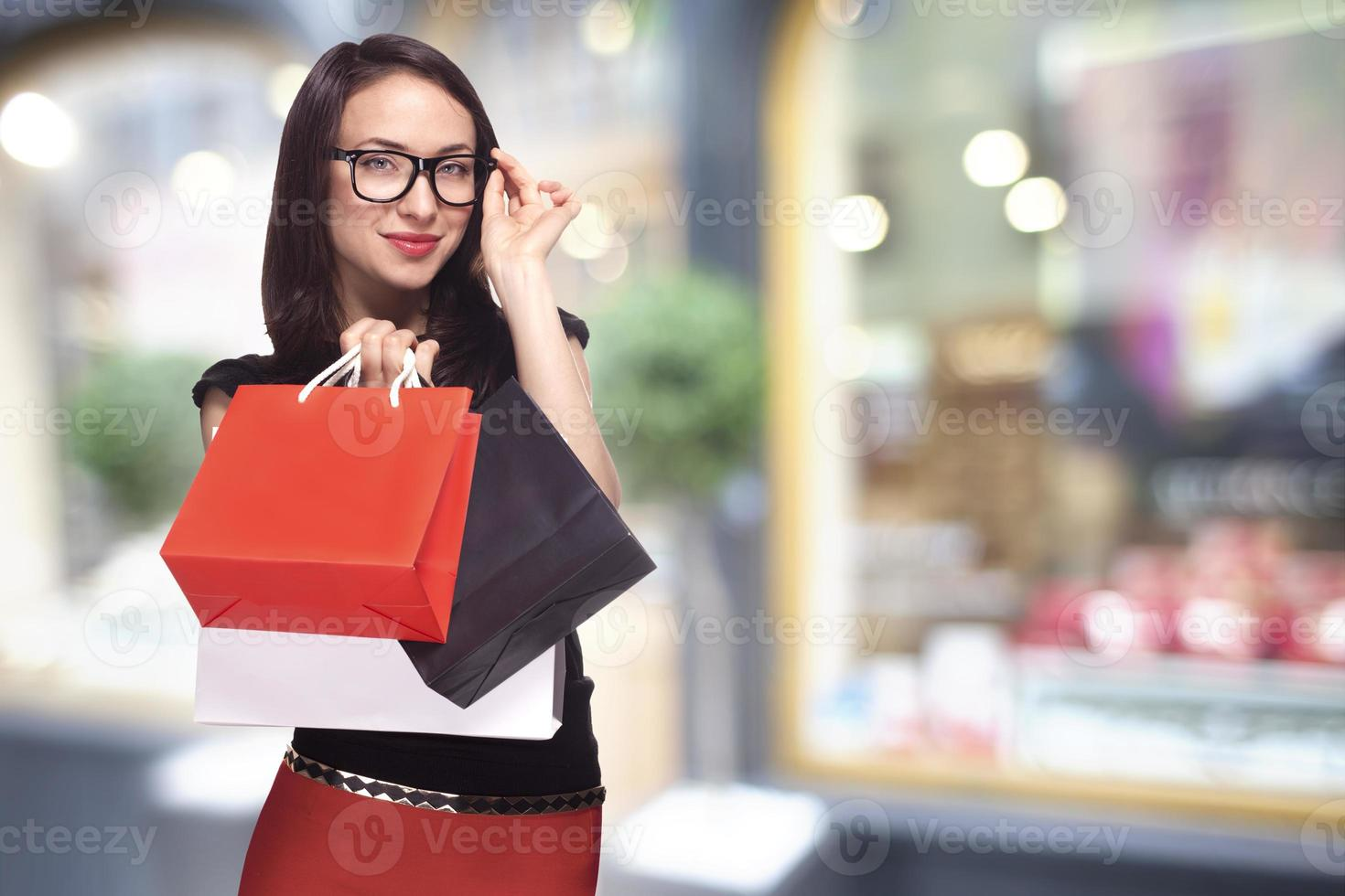 vrouw in glazen winkelen foto