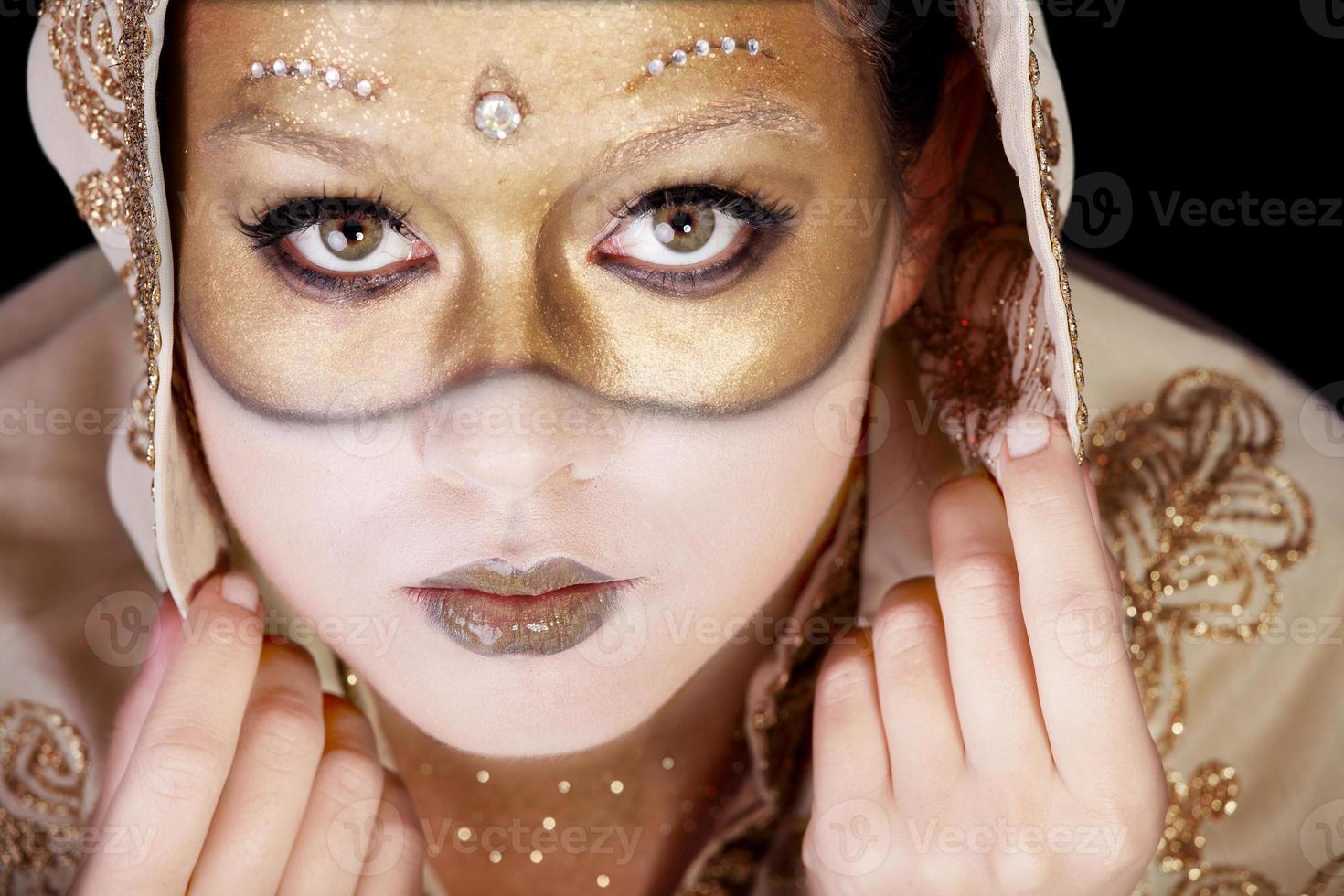 mooie jonge vrouw in carnaval masker foto