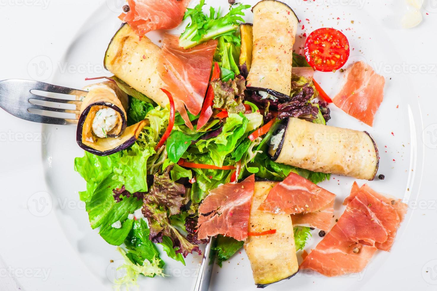 frisse salade met aubergines en spek foto