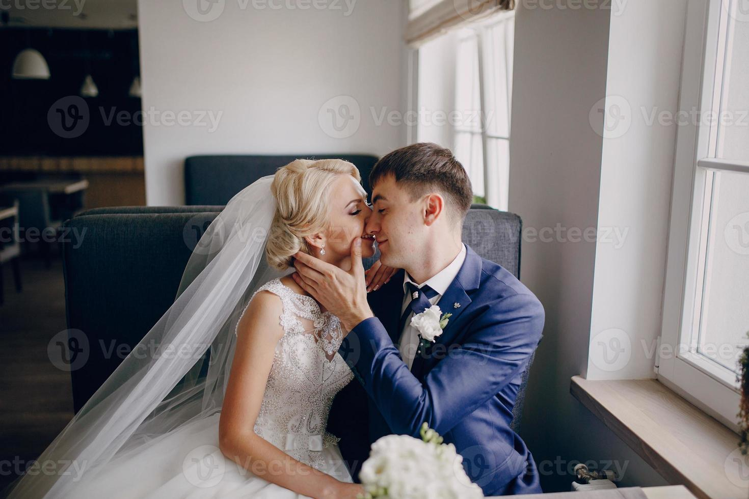 bruidspaar in café foto
