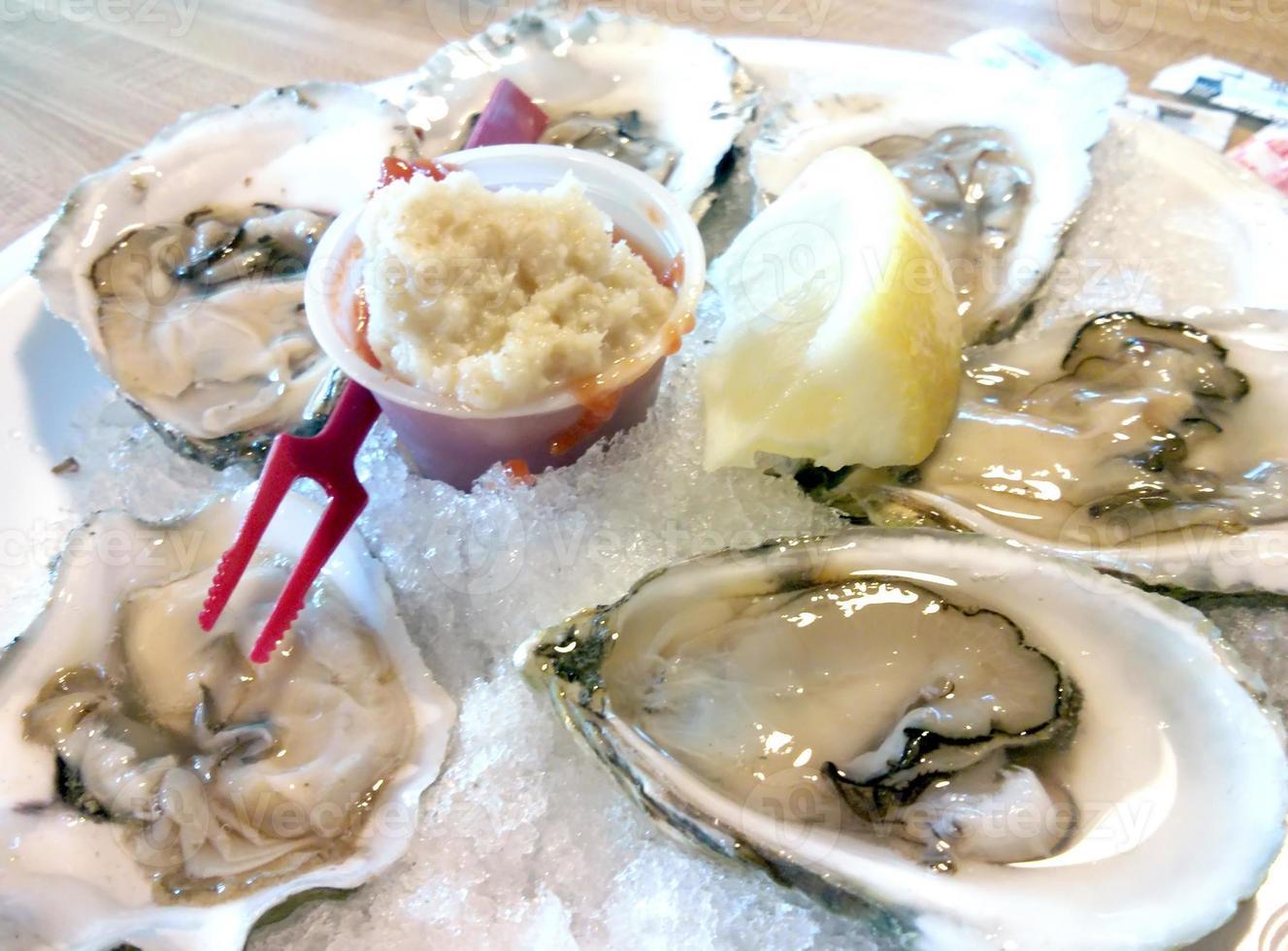 oesters in de halve schaal foto