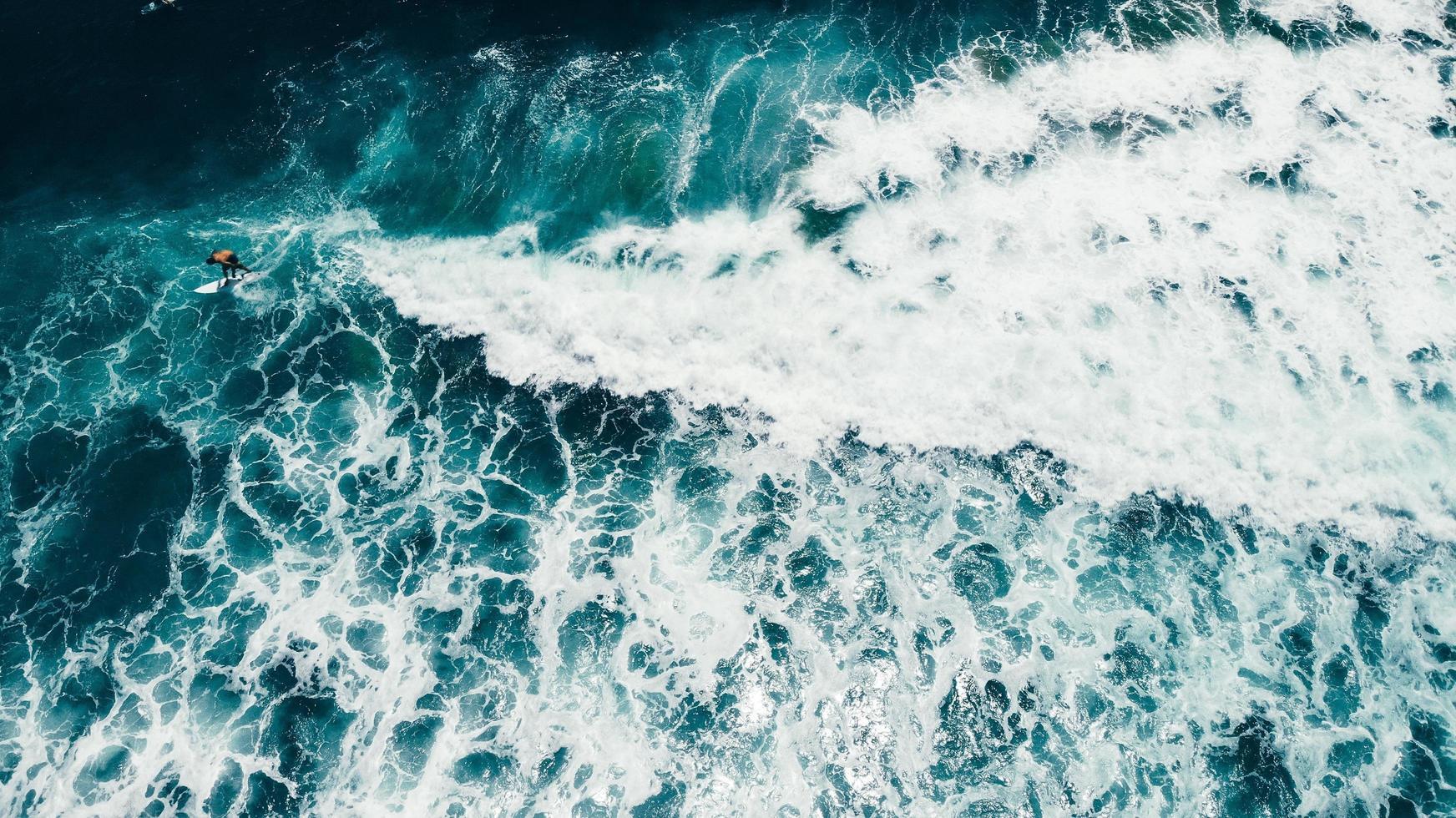 luchtfoto van een surfer foto
