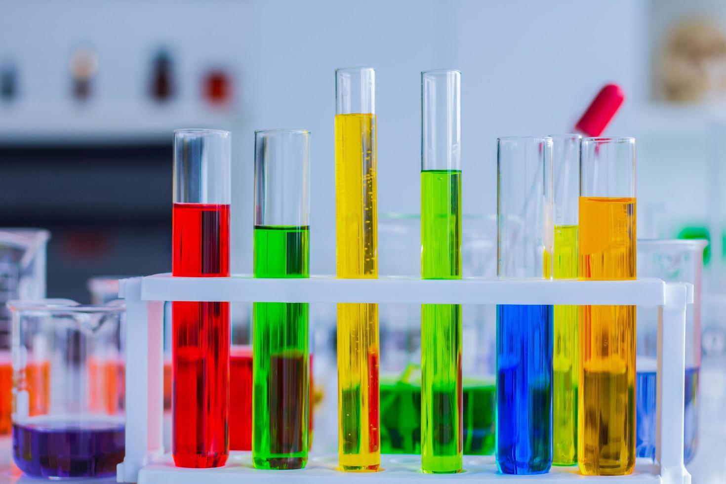 kleurrijke reageerbuizen in een laboratorium foto