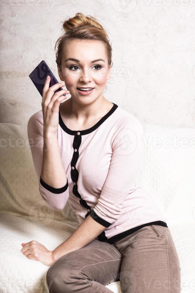 zakenvrouw praten op een mobiele telefoon op de bank foto
