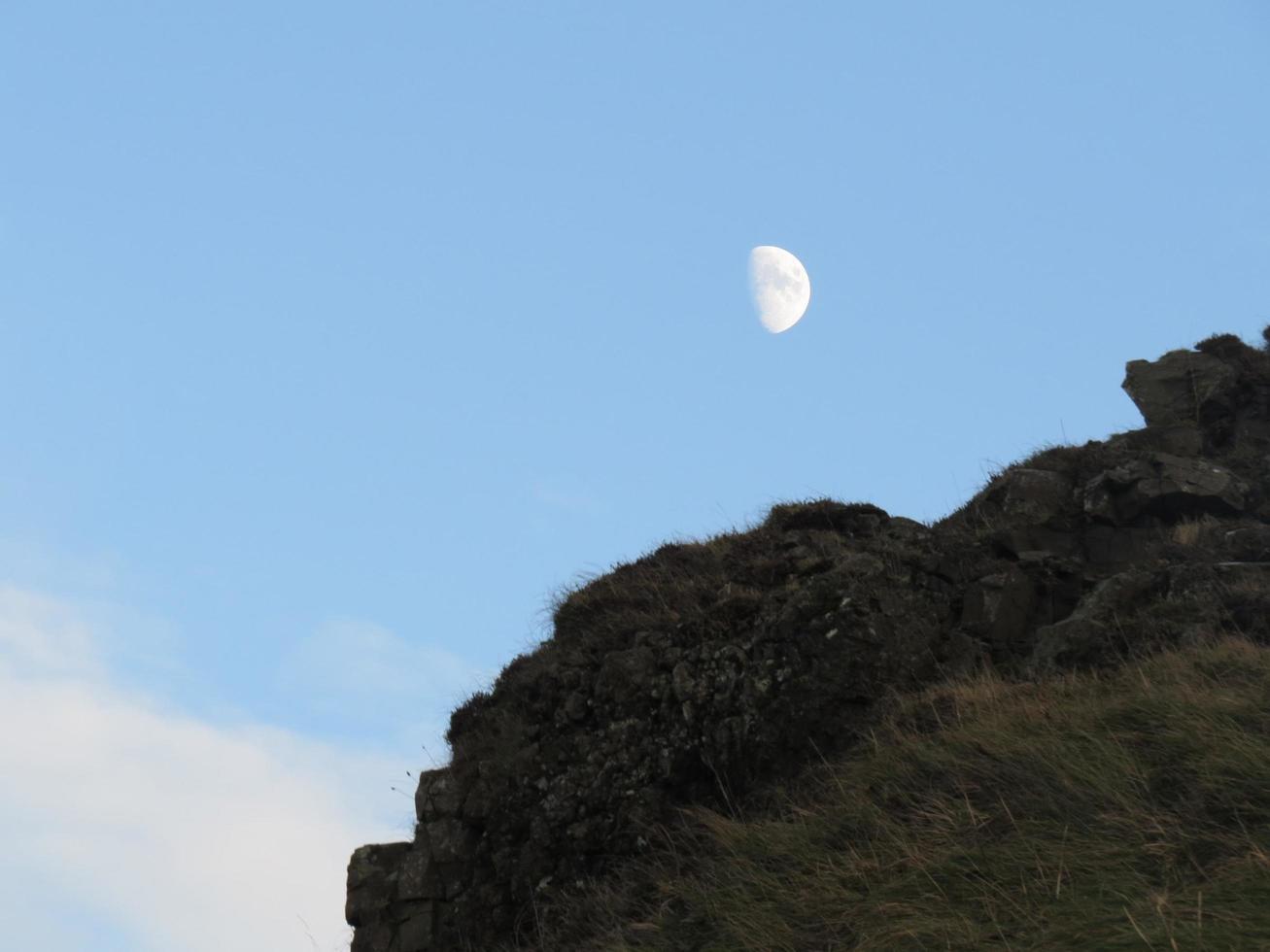 een klif en de maan foto