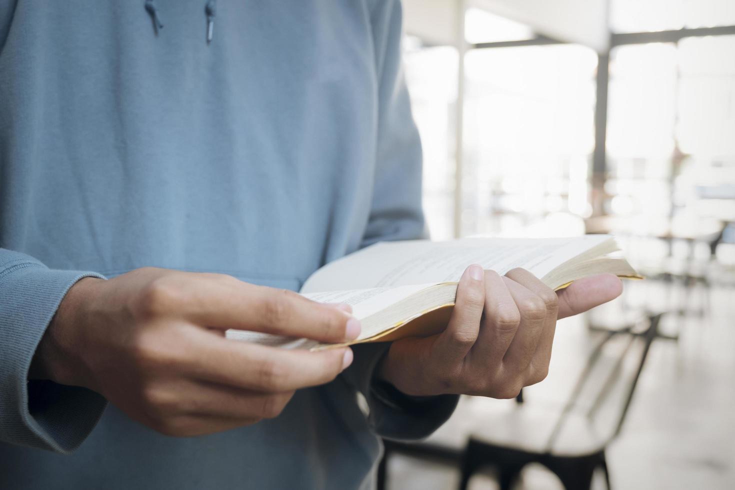 close-up van een man die een boek leest foto
