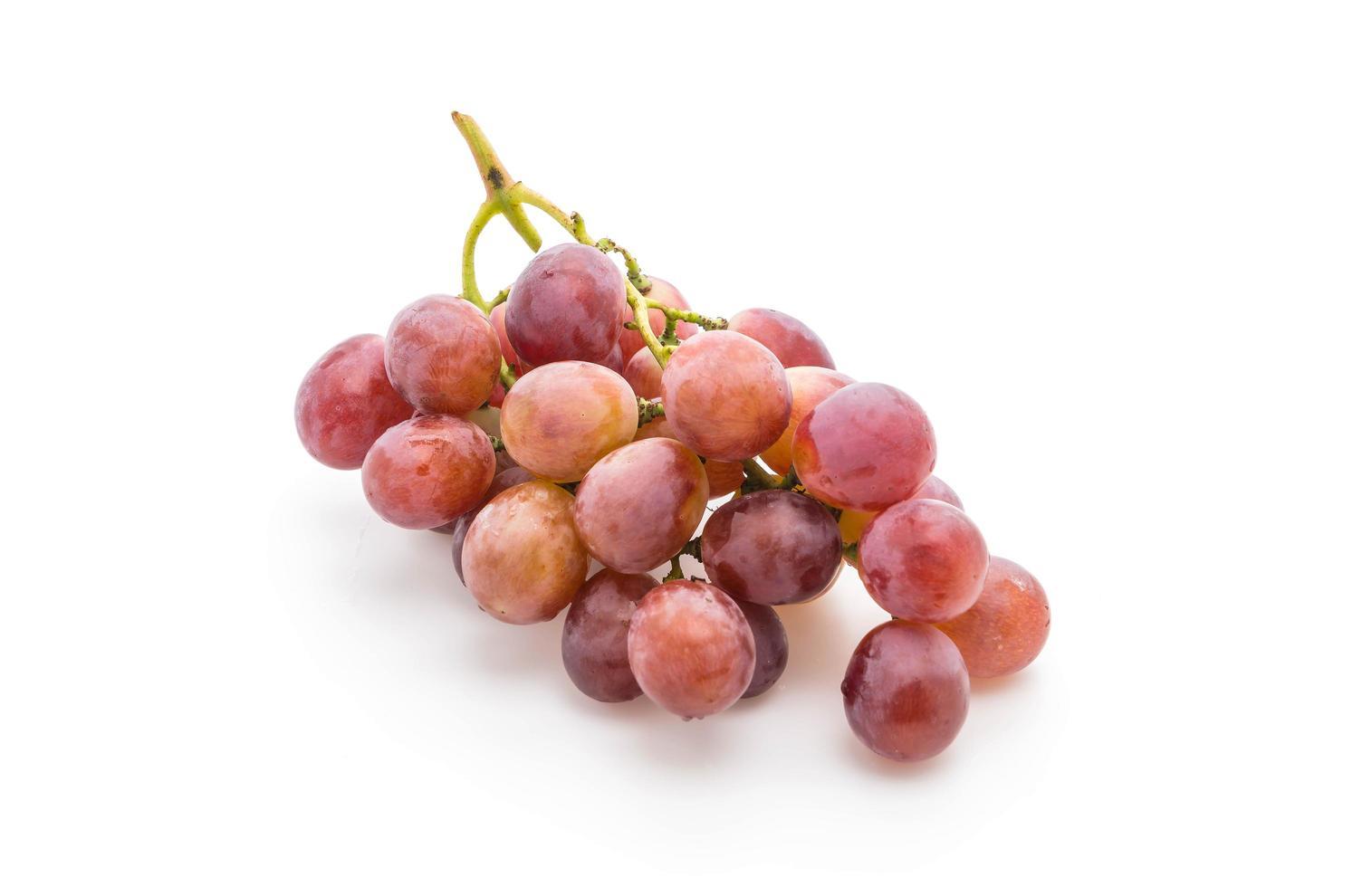 rode druiven op witte achtergrond foto