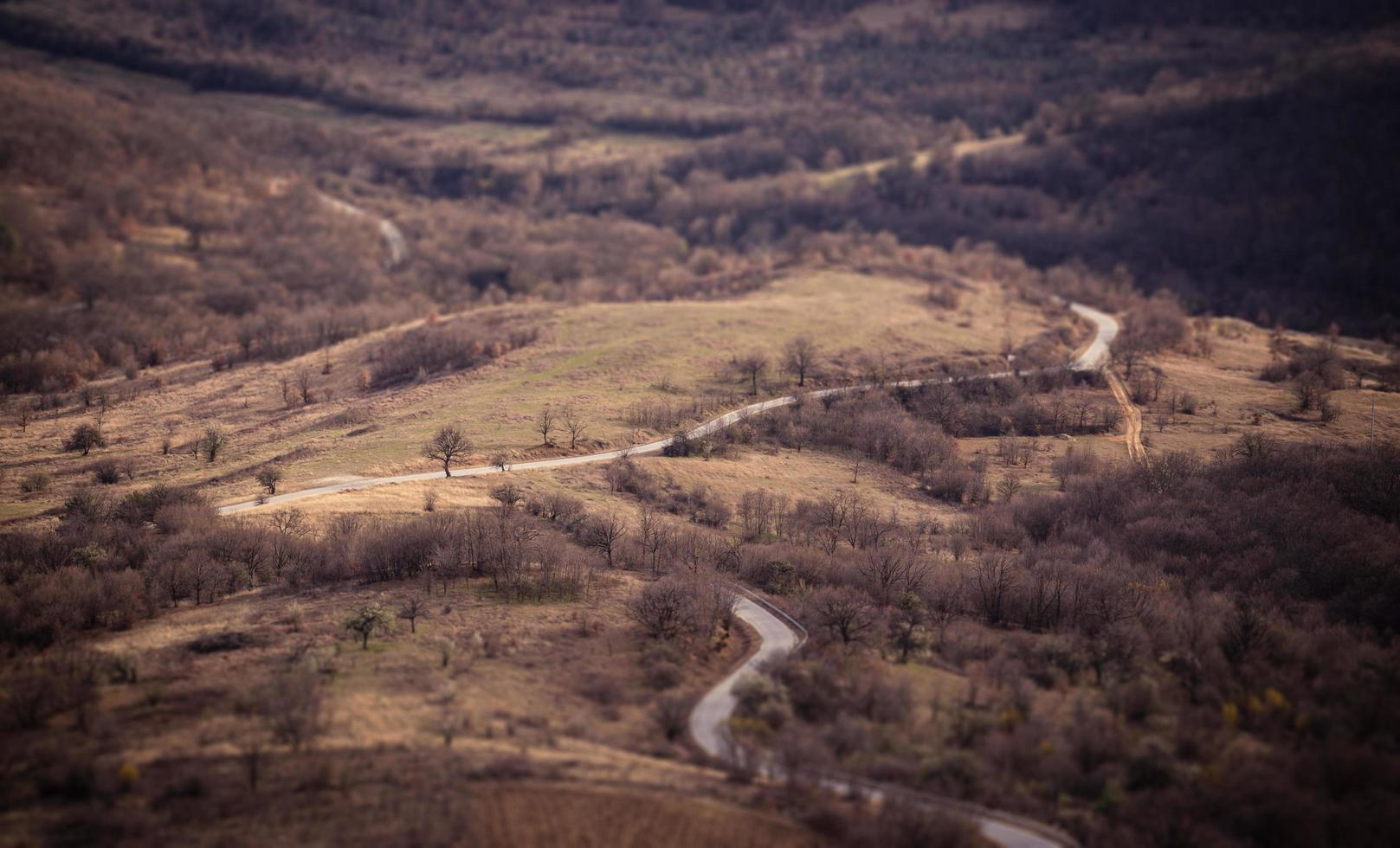 kronkelende weg door heuvels foto