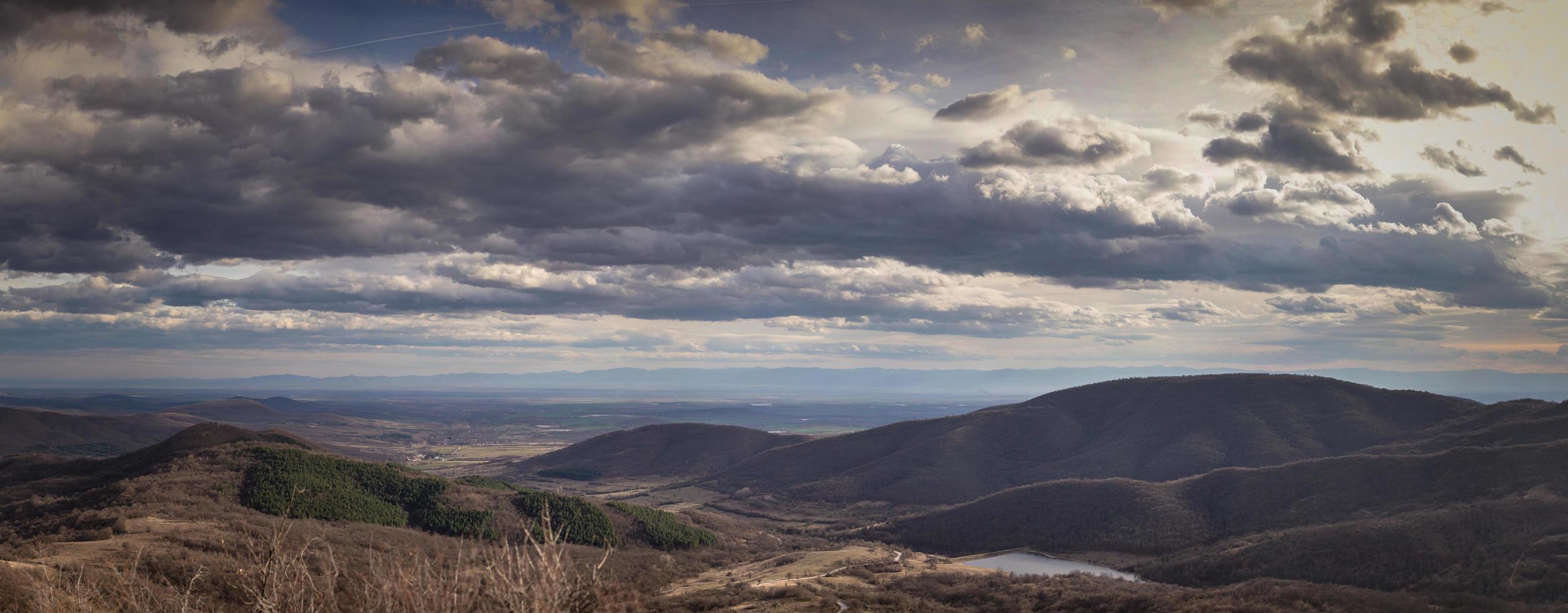 panorama van bergen en een mooie hemel foto