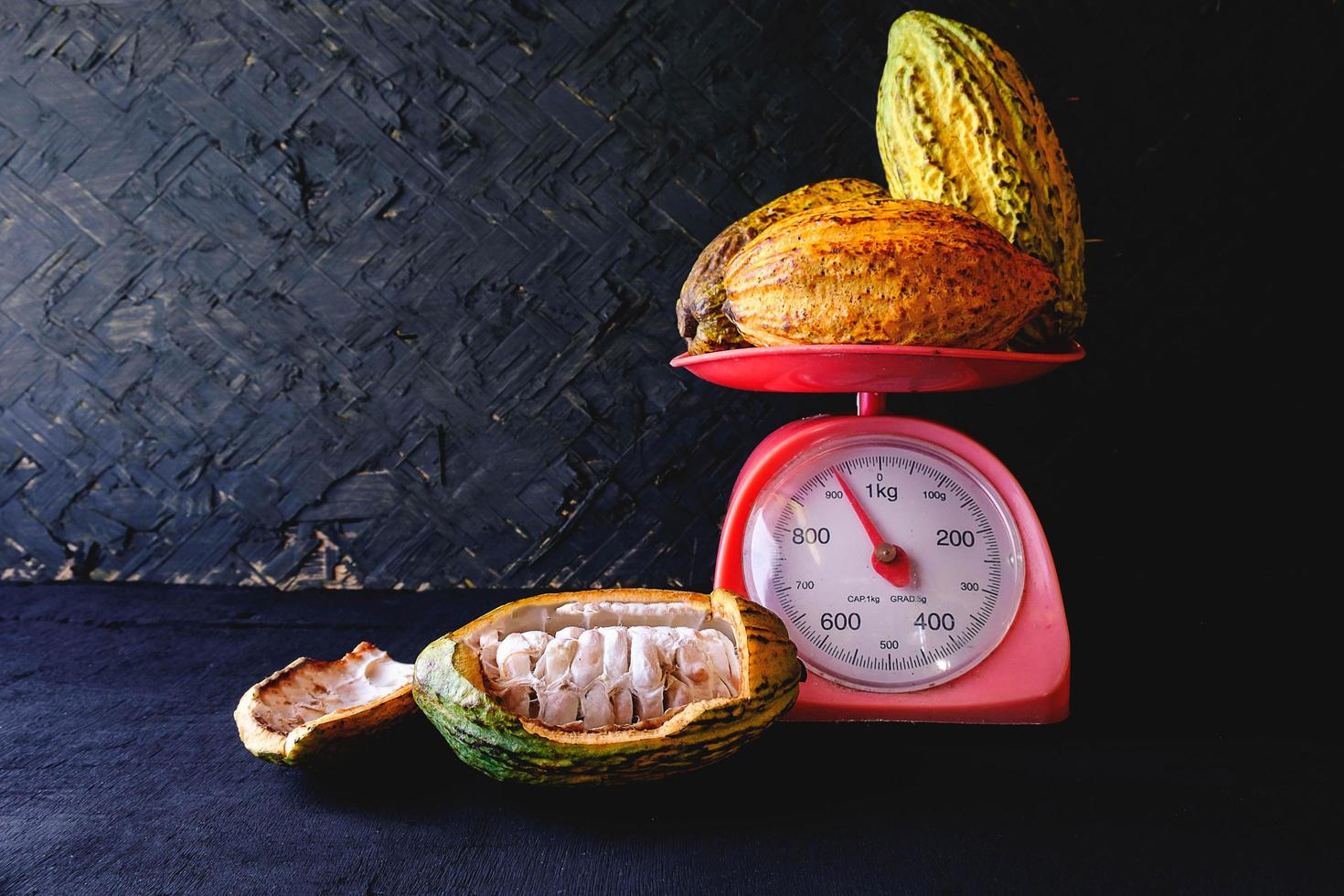 verse cacao-oogst op schaal foto