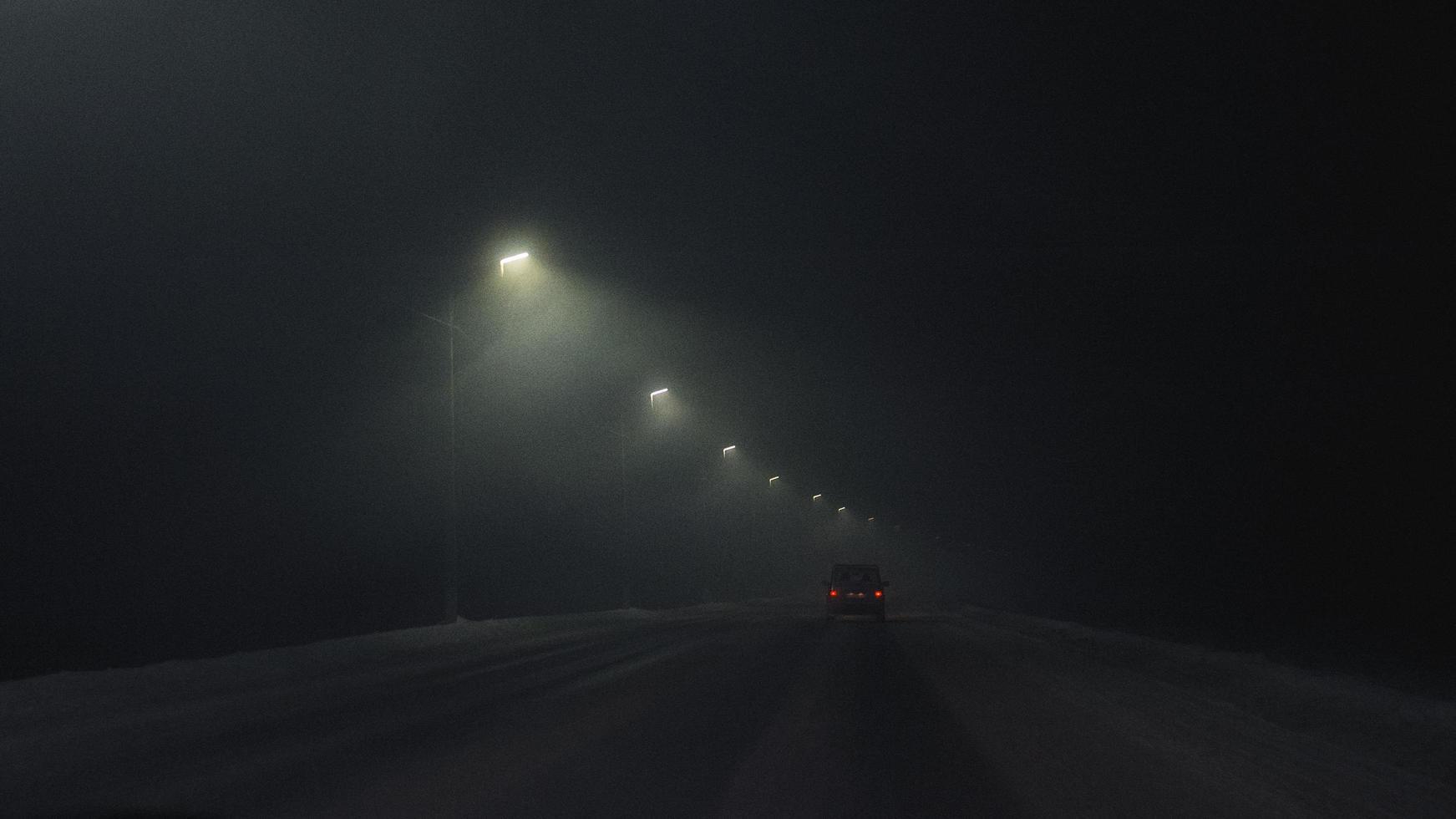auto op een donkere weg foto
