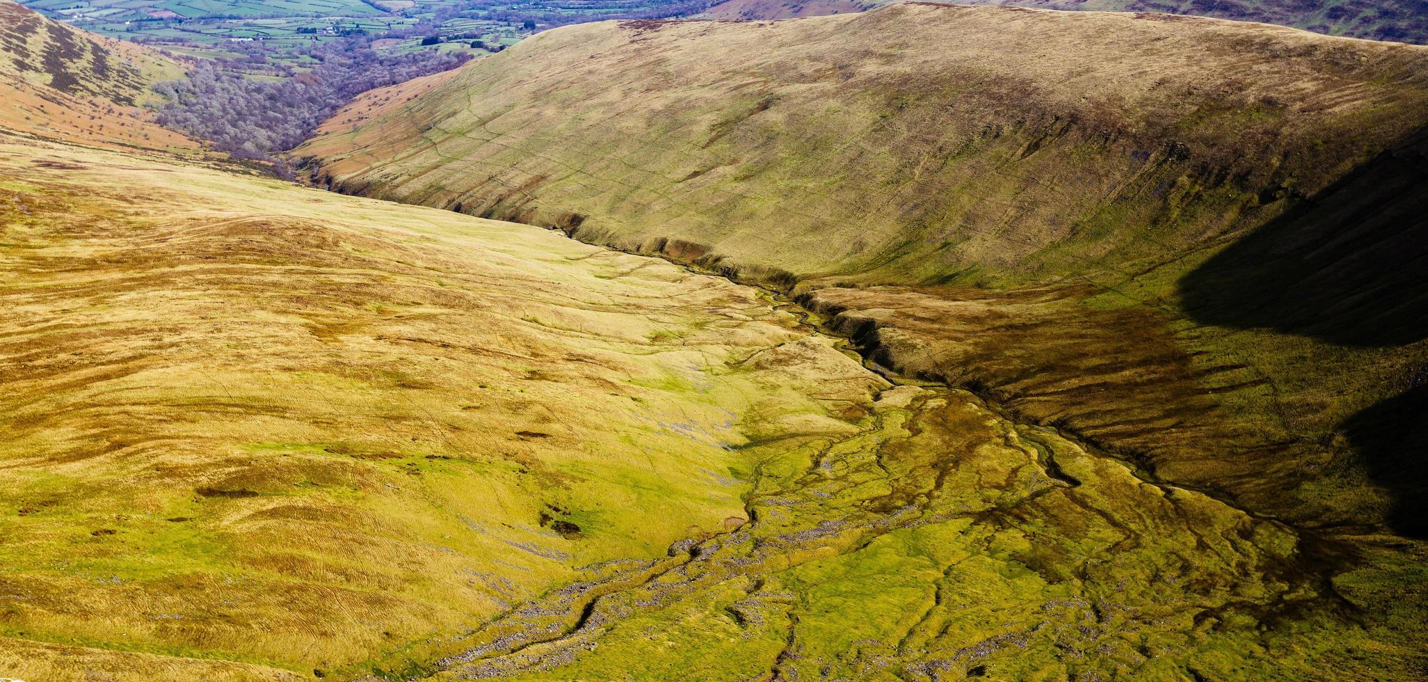 groene en bruine vallei gedurende de dag foto