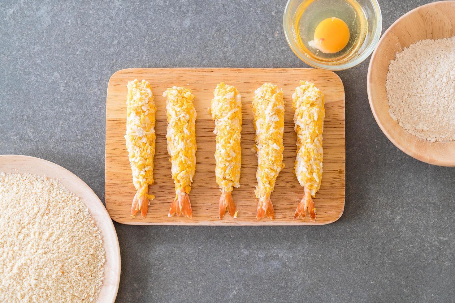 bovenaanzicht van gebakken garnalen op een houten bord foto